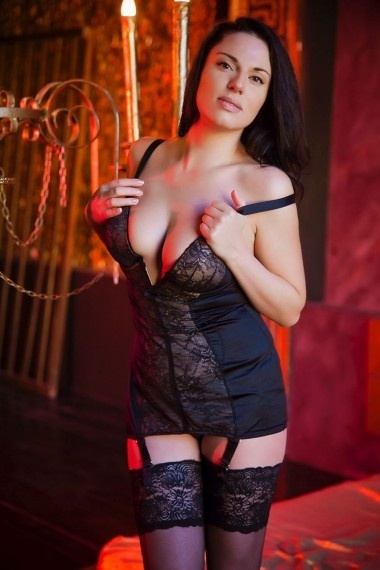 Mira, escort rusa en Madrid que ofrece girlfriend experience.